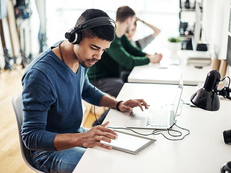 شما هم موقع برنامه نویسی موزیک گوش میدهید ؟!!!